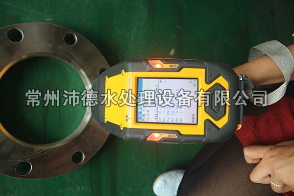 检测部门人员对山泉水矿泉水去除亚硝酸盐设备法兰进行检测